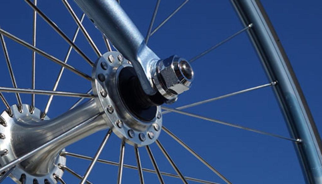 Rueda De Bicicleta Y Cielo Azul