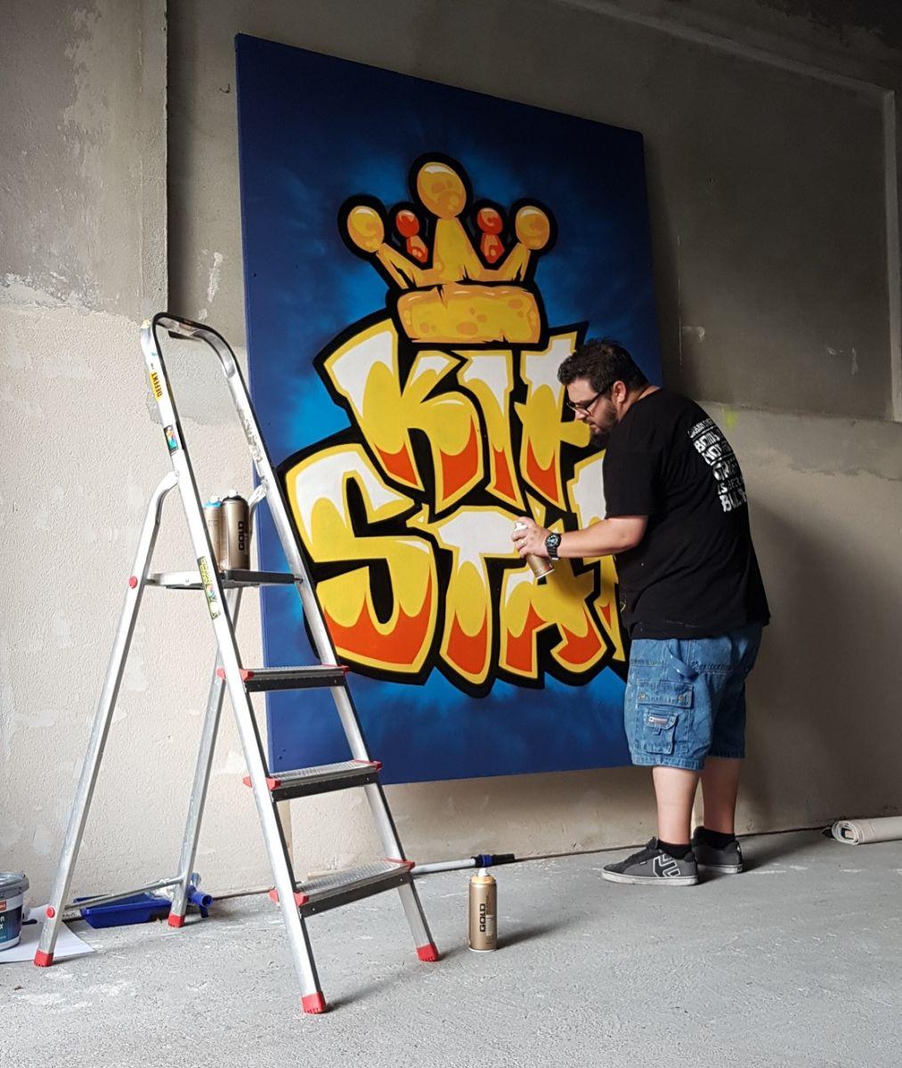 Graffiti-Künstler René Donath von Colorexplosion bei der Arbeit. Der Pirnaer entwarf 2018 das Logo der KiP*Star-Initiative und stellt im November Werke seines Schaffens im KiP-Lädchen vor. – www.colorexplosion.de